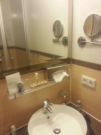 Posthotel Traube: Bad mit Waschbecken