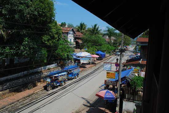 Mekong Moon Inn: Right hand view is morning market (from balcony of room no 4)
