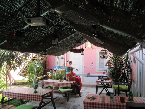 Alfama Patio Hostel: The cosy outdoor patio