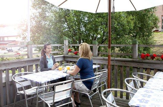 Kvibergs Hostel & Cottages: breakfast terrace