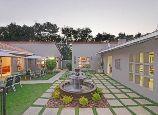 Oaklands Inn & Conference Centre: Garden & Outdoor Living Area with feature fountain