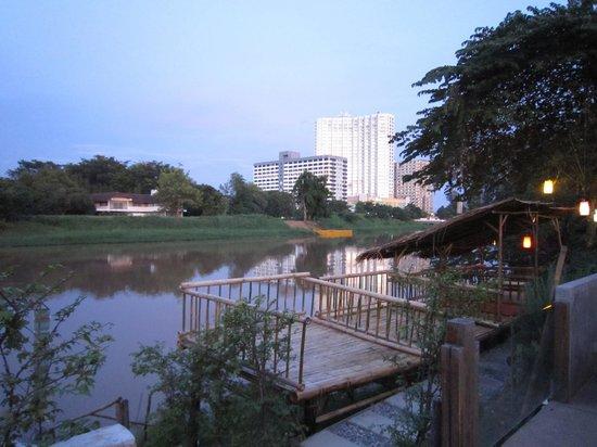 Mae Ping River: 新規開店のリバーサイドレストランからホリデーインホテル方面