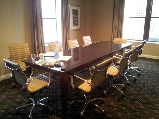 Omni Severin Hotel : Conference table in the corner suite