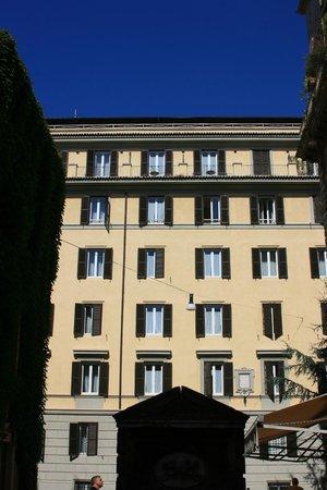 Trianon Borgo Pio Residence: Une des façades de la résidence