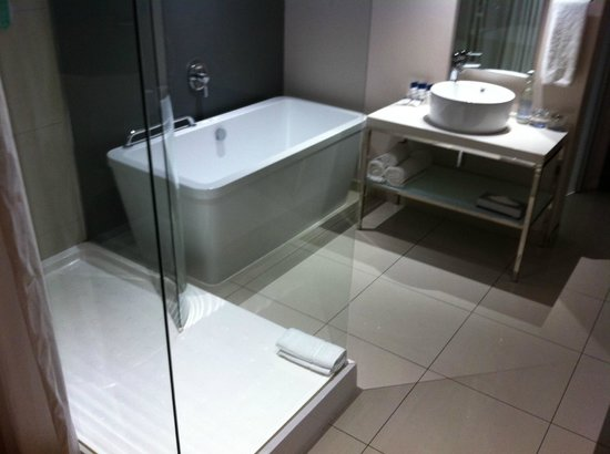Protea Hotel by Marriott O.R. Tambo Airport: Open-plan bathroom