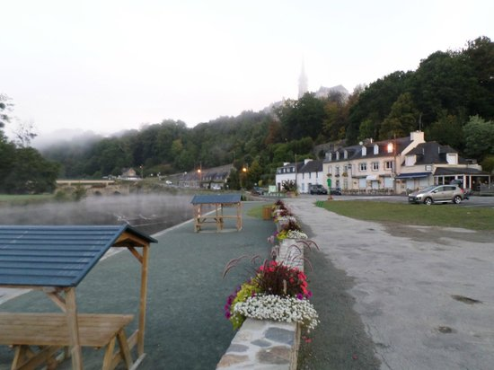 Tranquil Waters: La rue Guivar'ch