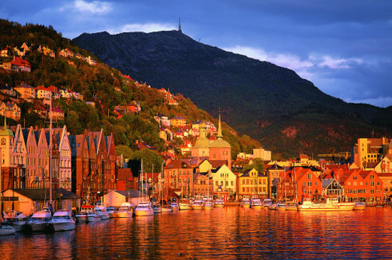 Noorwegen: Bergen Harbour at sunset. Photo: Bergen Tourist Board / Willy Haraldsen - visitBergen.com