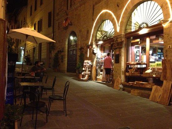 Il Bacchino: Von außen mit Ansicht der drei Außenplätze.