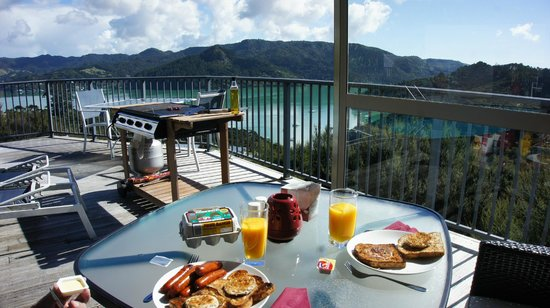 Waimanu Lodge Whangaroa Northland: Breakfast on the deck