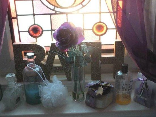 Rosewood Bed and Breakfast: Bathroom window
