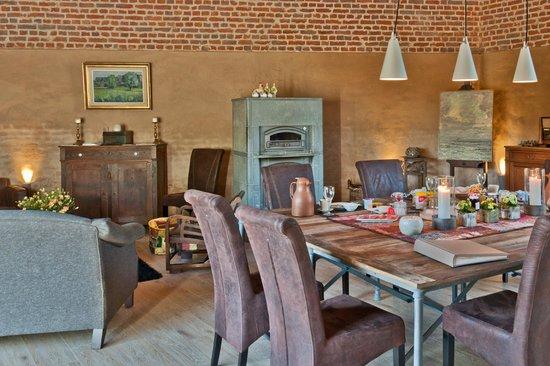 Au Pont D'arcole: La grange avec la table d'hôte/de schuur waar men eet