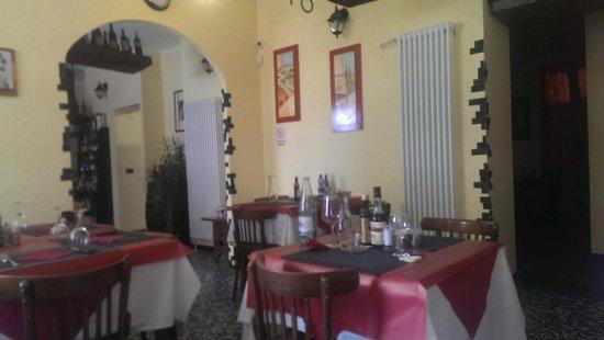 Vineria Valgranda dal 1906 : sala principale e simil pietra agli angoli