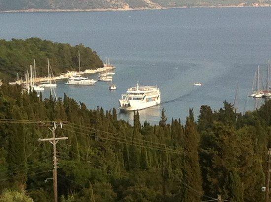 Kalokeri Apartment Suites: Ferry coming into Fiscardo