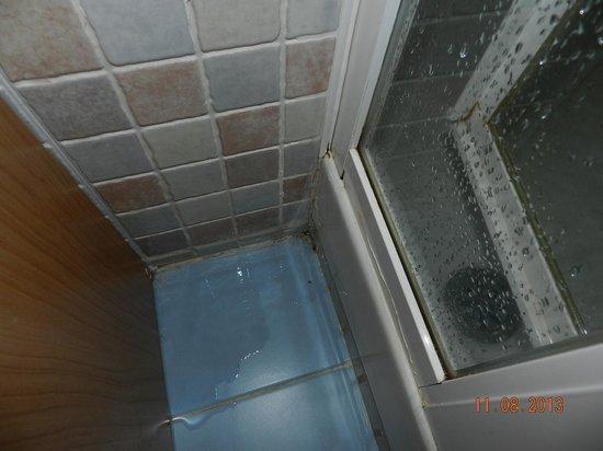 Hotel GIT Mirador de Santa Ana : fugas de agua en las duchas