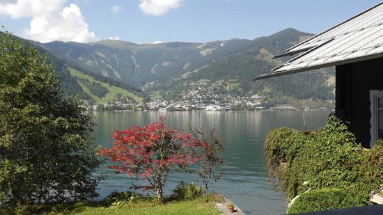 Hotel St. Georg: View across the lake to Zell am See