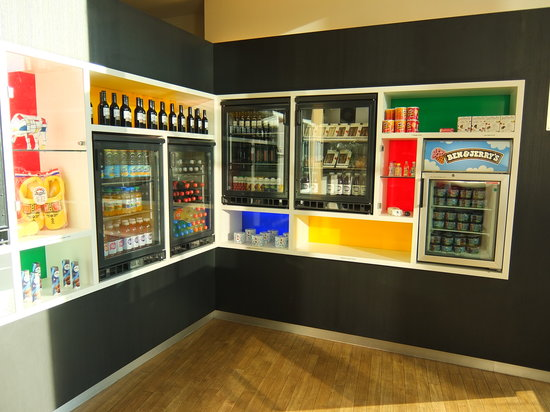 Steigenberger Airport Hotel Amsterdam: 受付横にあるおみやげ物や飲み物・スナック類を売っているコーナー