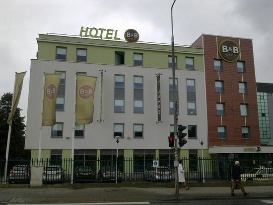 B&B Hotel Warszawa-Okecie: Widok Hotelu z zewnątrz...