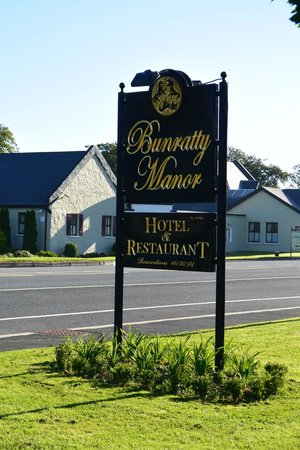 Bunratty Manor Hotel: The Manor sign out front