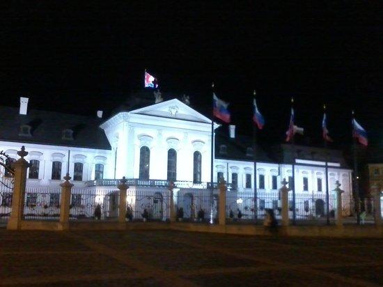 Grassalkovich Presidential Palace: Frente Noite