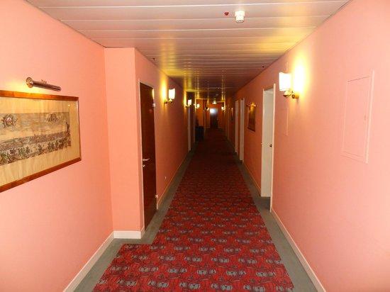 Hotel de la Paix: Pink Hallway