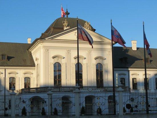Grassalkovich Presidential Palace: Frente durante o dia