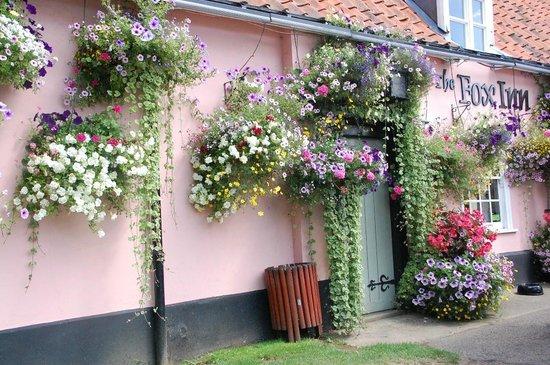 The Fox Inn: Beautiful hanging basket displays