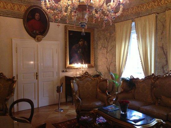 Alchymist Prague Castle Suites: Entrance to Amber room through library