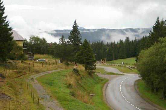 Les Terrasses du Lac Blanc : Blick vom Parkplatz/Stellplatz auf die umliegenden Hügel