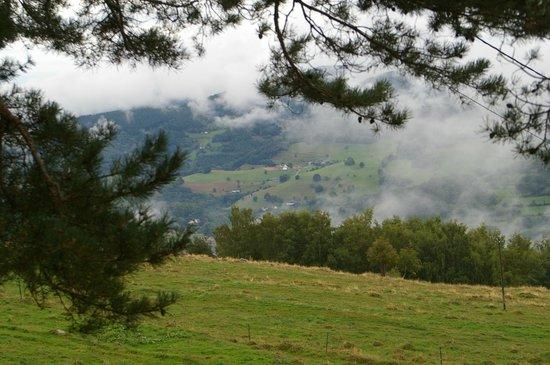 Les Terrasses du Lac Blanc : Blick ins nebelverhangene Tal