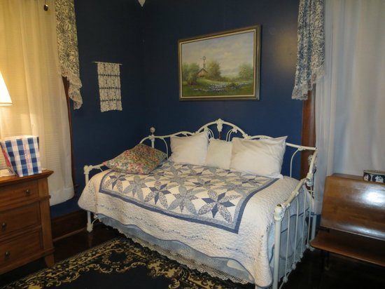 Hattie May Inn: Blue Willow Room