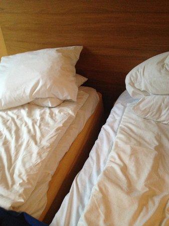 Hotel Hellsten: Dubbelrum men sängarna gled i sär hela tiden :(