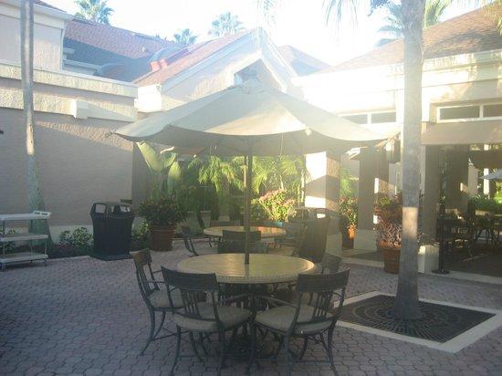 Staybridge Suites Lake Buena Vista: Tables outside