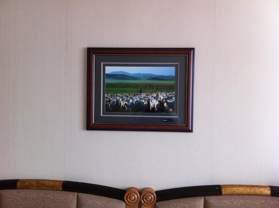 Ke'erqin Yingbinguan : Mongolian sheep picture above the bed