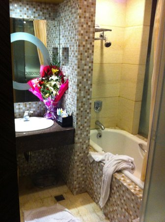 Ke'erqin Yingbinguan: The shower area (flowers not included as standard - they were a gift for teachers' day)