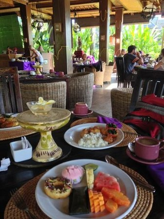 Suly Resort Yoga and Spa: enjoying breakfast by the paddy field