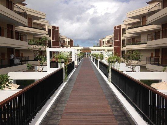VOUK Hotel & Suites: Hotel walkway over pool