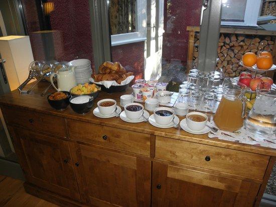 Torrdarach House: Buffet du petit déjeuner- Croissants succulents!