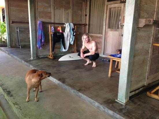 Pondok Pitaya: Hotel, Surfing and Yoga: Front porch
