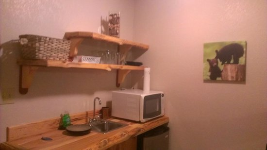 The Cuchara Inn : Cabin feel with the furniture/shelves