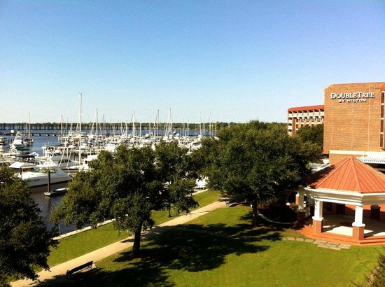 DoubleTree by Hilton Hotel New Bern Riverfront: View from our balcony - Rm 363 'The Inn'