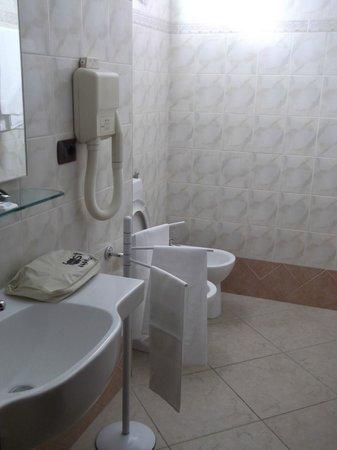 Eden Hotel: il bagno enorme della camera tripla