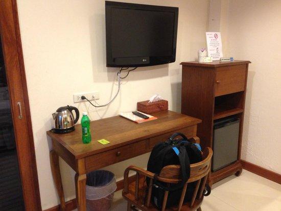 Lullaby Inn: Desk, TV, Minifridge