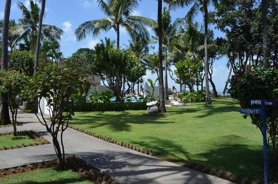 Legong Keraton Beach Hotel: Garden area
