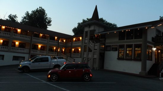 Riverbend Motel & Cabins: The hotel at night