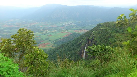 Manayath Heritage: Vue sur vallée du fond du jardin
