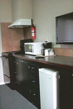 Surrey Central Inn: Deluxe Room with Kitchenette