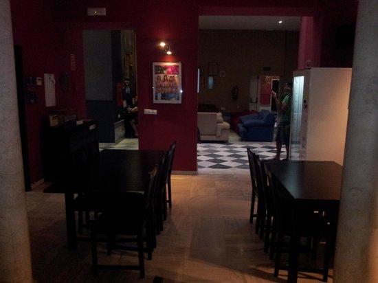Oasis Backpackers' Palace Seville: Comedor (y salón y ordenadores al fondo) de la primera planta