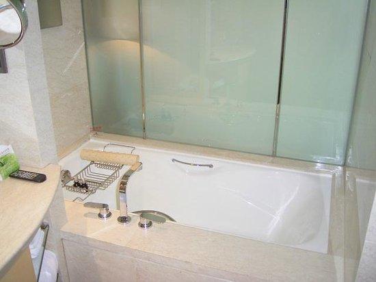 Hotel Nikko Shanghai: バスタブ