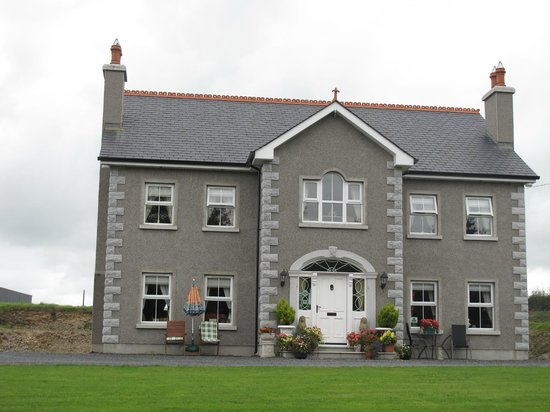 Killyliss Country House: The farm house from the road