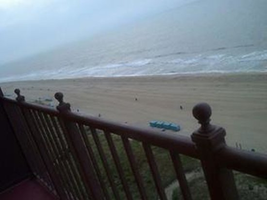 Dunes Manor Hotel & Suites: View of the beach from our balcony